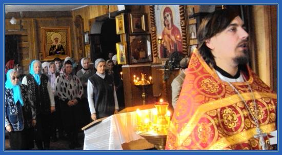 Отец Димитрий молится в храме, молебен святой Матроне