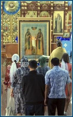 Перед иконой св. Петра и Февронии