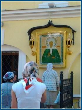 У чудотворной иконы святой Матроны