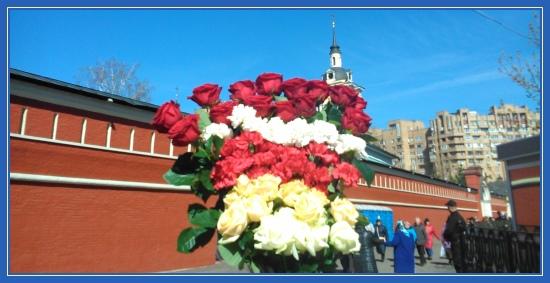 Цветы к мощам блаженной Матроны, букет, розы и гвоздики