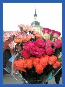 Цветы, розы и гвоздики, к мощам блаженной Матроны
