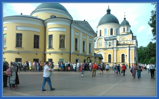 Покровский храм, очередь, народ к Матронушке