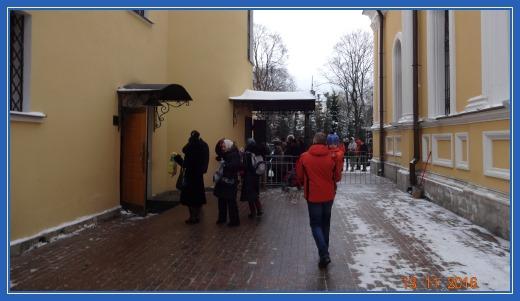 Вход в Покровский храм. Очередь к мощам блаженной матроны