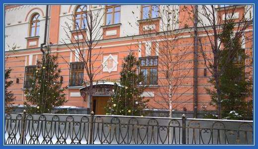 Гостиница Покровского монастыря. Елки с шарами