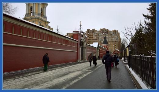 Стены Покровской обители по пути к монастырским вратам