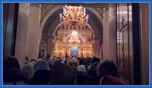 Вход в Воскресенсий собор. Идёт Божественная Литургия