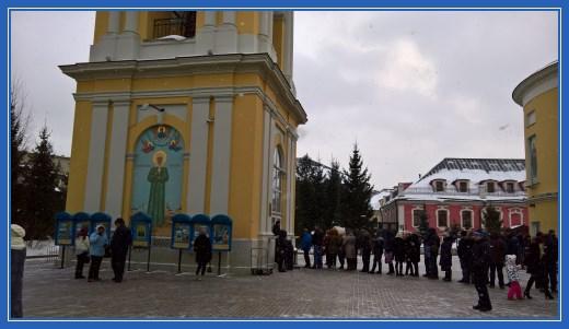 Очередь к Церковной лавке, расположенной в колокольне