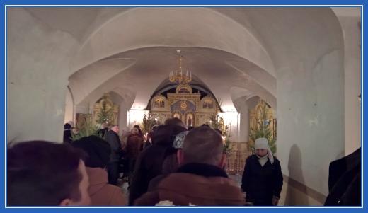 Очередь к мощам блаженной Матроны (в Покровском храме)