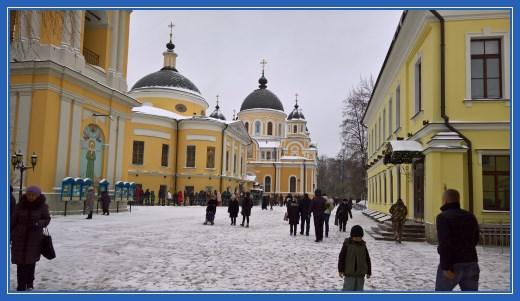 Покровский монастырь. Паломники