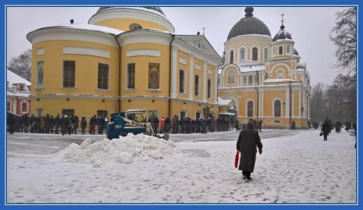 Уборка снега в Покровском монастыре