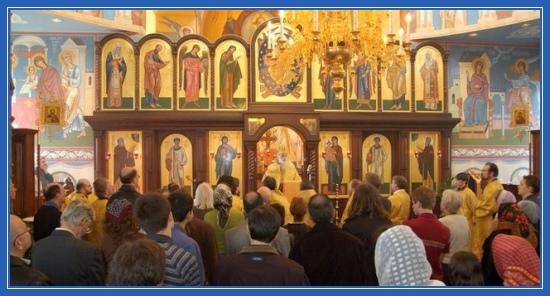 Храм, служба, молящиеся
