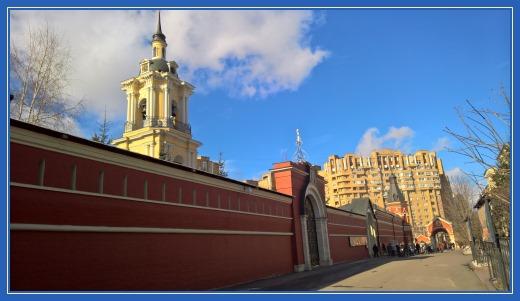 Стены и колокольня Покровской обители