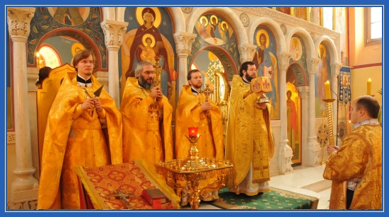 Воскресное Богослужение, храм, Литургия, вход, чаша, свечи, священники
