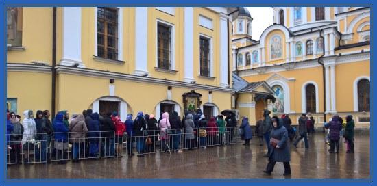 Покровский монастырь, очередь к чудотворной иконе блаженной Матроны