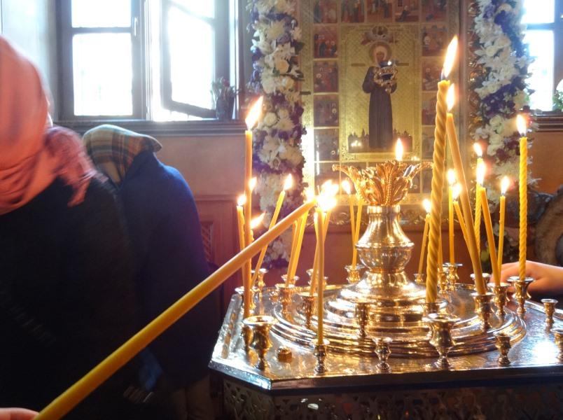 Свеча пред чудотворной иконой блаженной Матроны