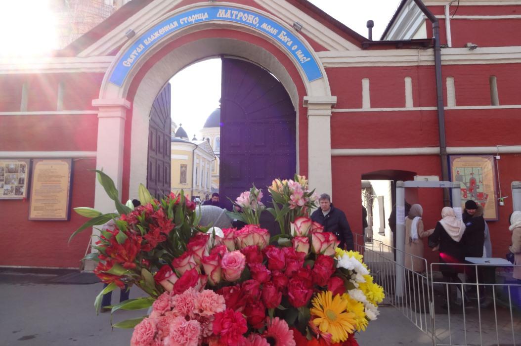 Врата Покровской обители и наш букет!