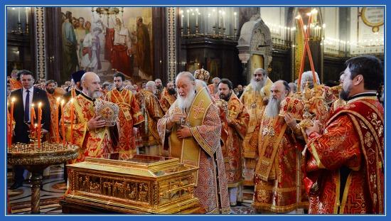 Святейший Патриарх у мощей Святителя Николая Чудотворца