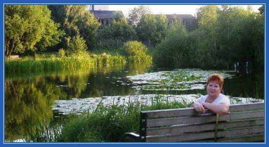 Поэтесса Зинаида Полякова у пруда