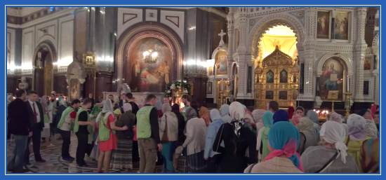 Очередь к мощам святителя Николая в храме