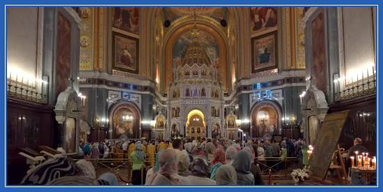 Очередь к мощам святителя Николая. Храм Христа Спасителя