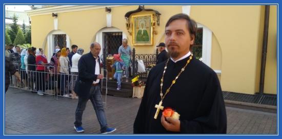 Отец Димитрий у чудотворной иконы блаженной Матроны