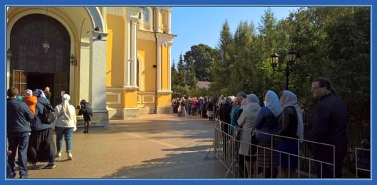 Покровский монастырь. Очередь к мощам блаженной Матроны