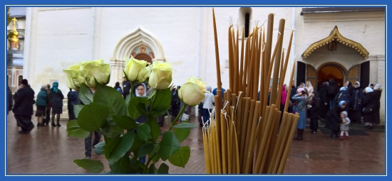 Цветы и свечи к мощам преподобного Сергия