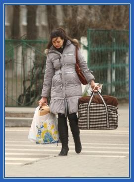 Женщина с сумками, тяжесть. ноша