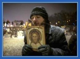 Христианин, мужчина, икона в руках