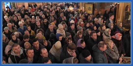 Молитва в храме, народ, молящиеся