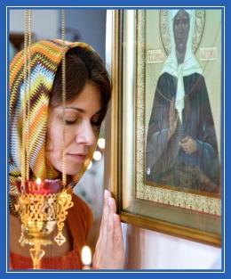 Женщина у иконы блаженной Матроны, 52