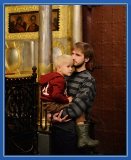 Папа, отец с сыном, в храме