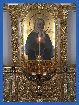Пред иконой блаженной Матроны, свеча, храм, икона