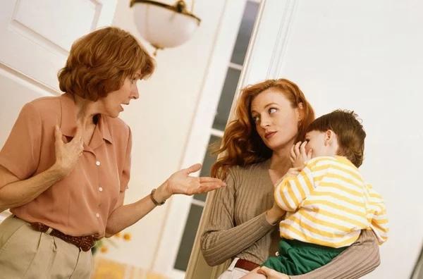 Нужно ли молодой семье стремиться жить отдельно от родственников?