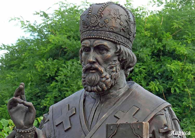 Мы почитаем иконы. Как относится к памятникам святых?