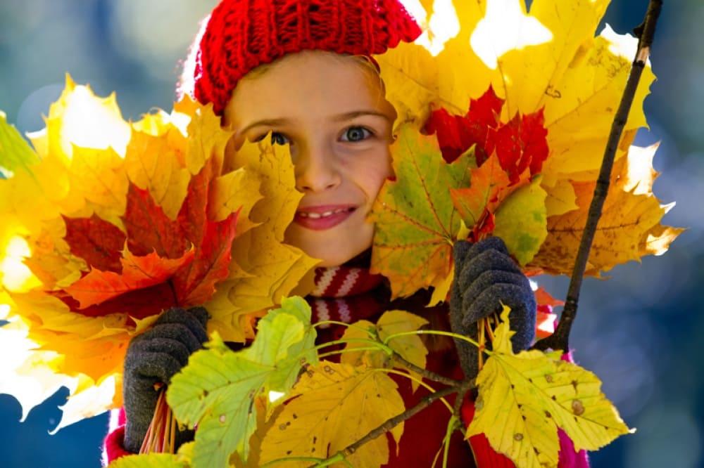 Осень. Девочка с листьями