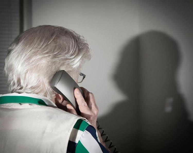 Бабушка разговаривает по телефону