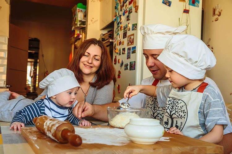 Семья готовит