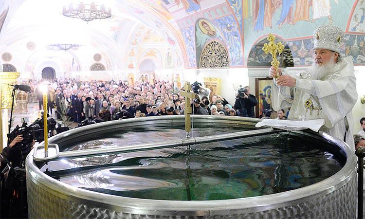 Патриарх Кирилл освящает воду