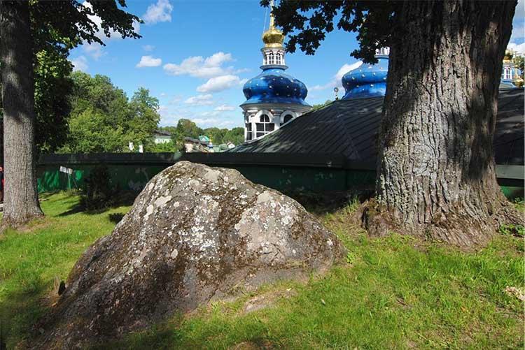 Псково-Печерский монастырь. Камень под дубом