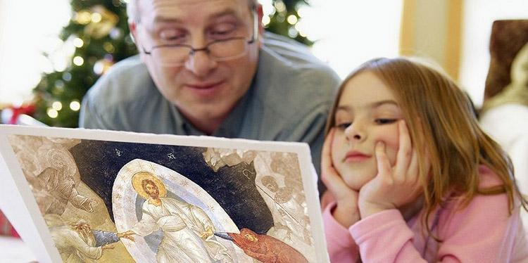 Папа с дочерью читают православную книгу