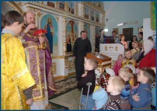 Дети перед Святой Чашей