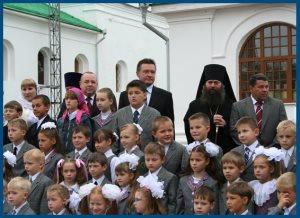 Дети у храма