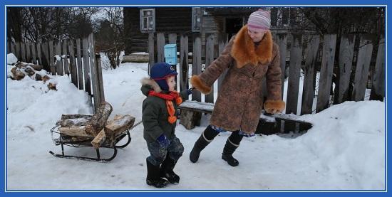 Мама и сын, везут дрова