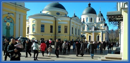 Покровский монастырь, Воскресенский собор, паломники