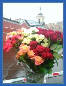 Цветы к мощам, розы, гвоздики