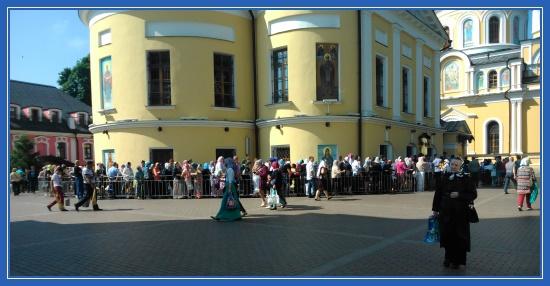 Покровский монастырь, очередь к святой Матроне