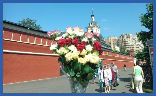 Покровский монастырь - цветы к мощам блаженной Матроны