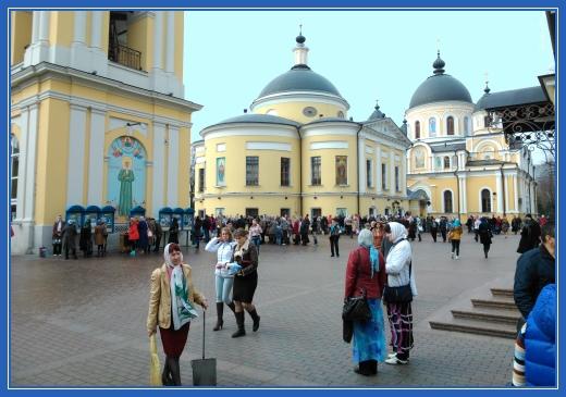 Покровский монастырь, уборка площади
