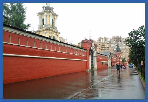 Стены Покровской обители